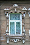 Hublot dans la vieille maison en bois Photos libres de droits