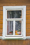 Hublot dans la vieille maison en bois image libre de droits