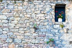 hublot dans le vieux mur en pierre typique Photo stock