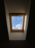 Hublot dans un toit de maison Photo stock