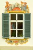 Hublot dans une maison peinte en Bavière Photo stock