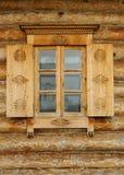 Hublot dans une maison rurale en bois Photos stock