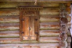 Hublot dans une maison rurale en bois Photographie stock libre de droits