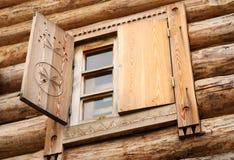 Hublot dans une maison rurale en bois antique Photographie stock
