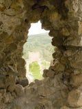 Hublot dans une vieille forteresse en pierre Photo libre de droits