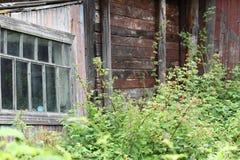 Hublot dans une vieille maison image libre de droits