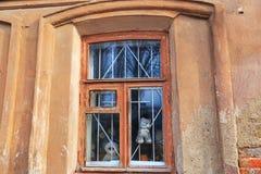 Hublot dans une vieille maison photo libre de droits