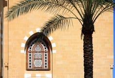 Hublot de mosquée et palmier, Liban Photographie stock