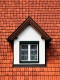 Hublot de toit de Spross Gaube dans un toit rouge image libre de droits