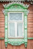 Hublot de vieille maison en bois russe traditionnelle. Images libres de droits