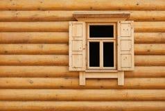 Hublot en bois avec des trappes de volet Images stock