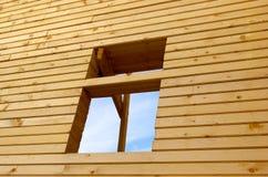 Hublot en bois de mur et d'ouverture Photographie stock