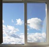 Hublot et nuages Photos stock