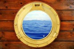 Hublot fermé de bateau avec la vue de paysage marin de vacances Image stock