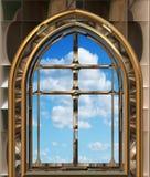 Hublot gothique ou de scifi avec le ciel bleu Photo libre de droits