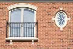 Hublot rond, mur de briques, balcon photo stock