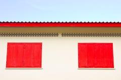 Hublot rouge fermé sur le mur extérieur Image libre de droits