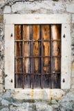 Hublot rouillé en métal avec des bars Photos stock