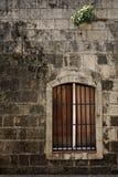 Hublot sur le vieux mur Photographie stock libre de droits