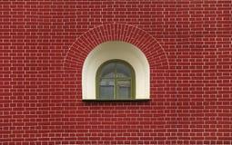 Hublot sur un mur de briques Photographie stock