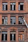 Hublots cassés sur le vieil entrepôt Image libre de droits