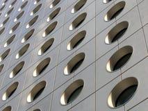 Hublots circulaires d'un immeuble de bureaux images libres de droits