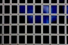Hublots d'immeuble de bureaux Photographie stock libre de droits