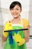 Hublots de nettoyage de femme Photographie stock
