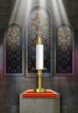 Hublots en verre souillés d'église avec la bougie allumée Photos libres de droits