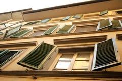 Hublots types avec les abat-jour vénitiens à Firenze, Italie Photos stock