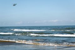 Hubschrauber über dem Meer gegen den wolkenlosen Himmel lizenzfreie stockfotos