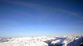 Hubschrauber über Mont Blanc-Berg stock video