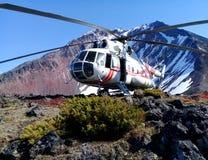 Hubschrauber auf dem Kamm eines Vulkans stockfoto