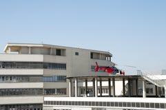 Hubschrauber auf der Dachspitze bereit sich zu entfernen Stockfoto