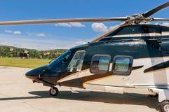 Hubschrauber auf einem Flugplatz Stockbild