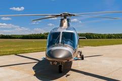 Hubschrauber auf einem Flugplatz Stockfotos