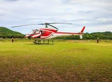 Hubschrauber auf einer grünen Rasenfläche Lizenzfreies Stockfoto