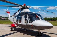 Hubschrauber auf Feld Stockfotos