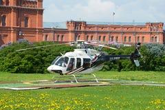 Hubschrauber Bell 407GX (RA-01605) auf dem Landeplatz beim Peter und bei Paul Fortress St Petersburg Lizenzfreie Stockfotografie