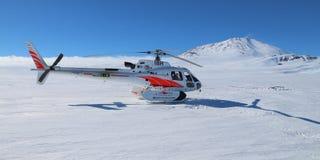 Hubschrauber am Berg Erebus in der Antarktis Lizenzfreie Stockbilder