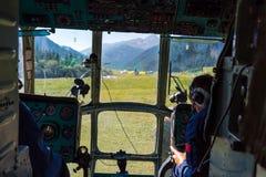 Hubschrauber-Cockpit während entfernen sich vom Landungs-Lager am entlegenen Gebiet von Kirgisistan lizenzfreie stockfotos