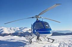 Hubschrauber in den Bergen lizenzfreies stockbild