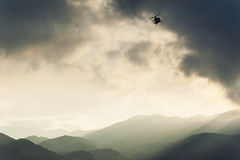 Hubschrauber, der über Atacama-deser fliegt Stockbild
