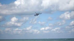 Hubschrauber, der über das Meer in den Wolken fliegt stock footage
