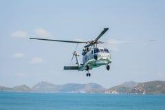 Hubschrauber, der über das Meer fliegt Stockfoto