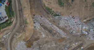 Hubschrauber, der über das Stadtdump aufsteht Luftpanoramablick des Abfalls, des Hygienefahrzeugs und der Abfallaufbereitungsfabr stock footage