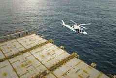 Hubschrauber, der über der Plattform eines Schiffs schwebt Lizenzfreie Stockfotografie