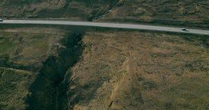 Hubschrauber, der über die Landschaftsfeld- und -verkehrsstraße fliegt Autos, Automobile, die auf den Weg außerhalb der Stadt fah stock footage