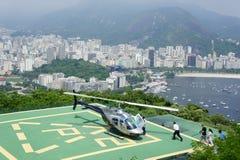 Hubschrauber, der über Rio de Janeiro sich entfernt Stockbild