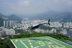 Hubschrauber, der über Rio de Janeiro sich entfernt Lizenzfreies Stockbild